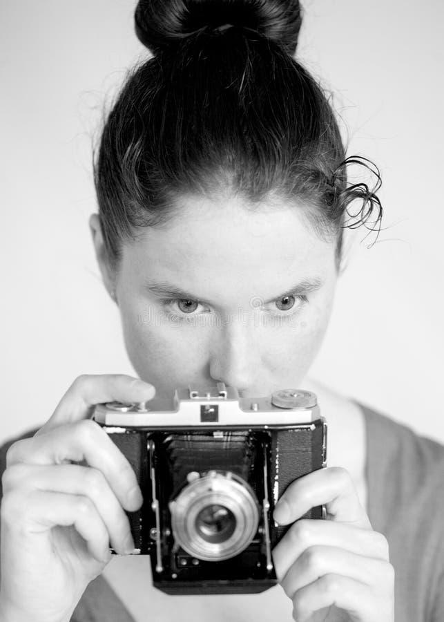 Mujer joven con una cámara de zeiss fotografía de archivo libre de regalías