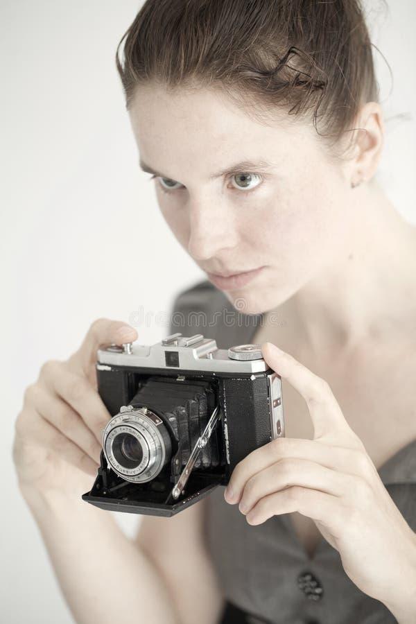 Mujer joven con una cámara de zeiss imagenes de archivo