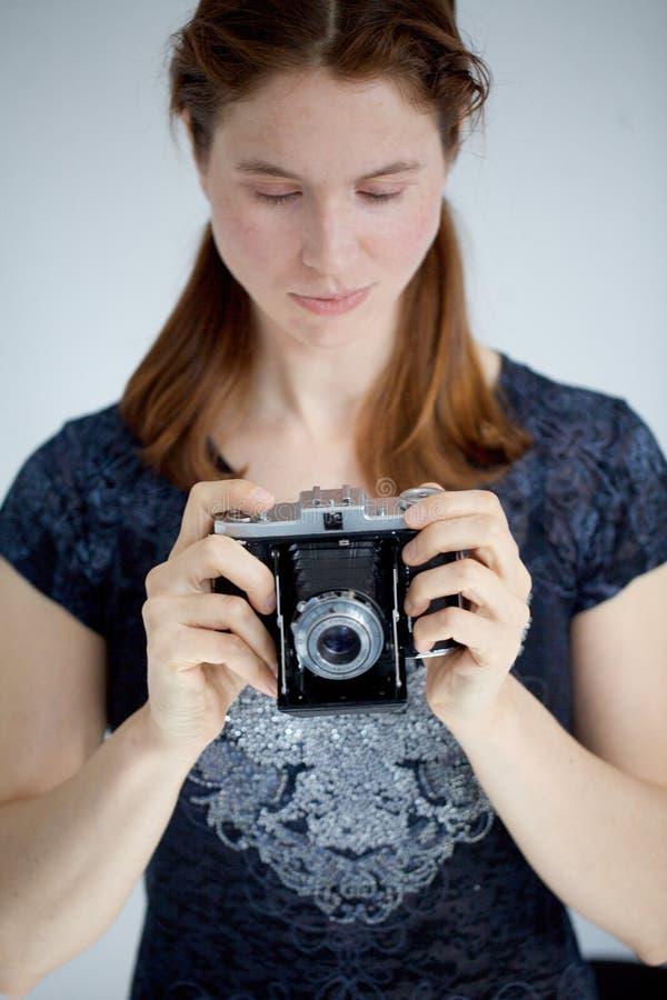 Mujer joven con una cámara de zeiss foto de archivo libre de regalías
