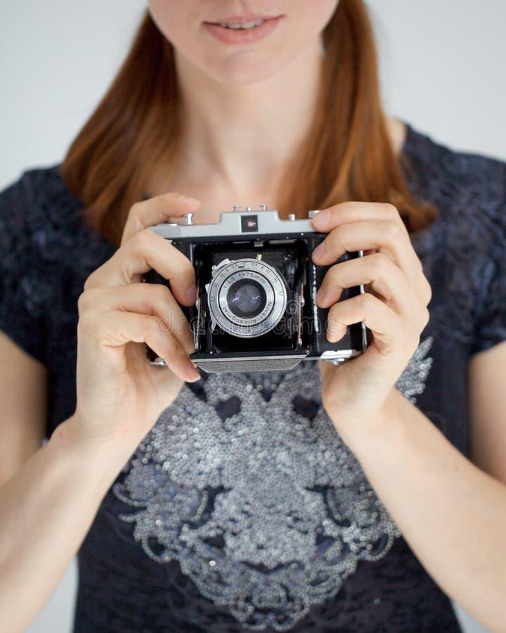 Mujer joven con una cámara de zeiss fotos de archivo