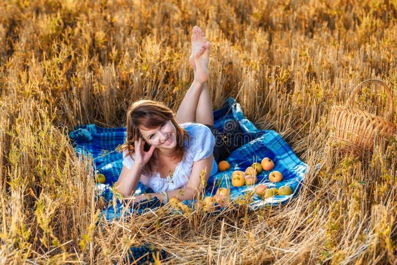 Mujer joven con una cesta de fruta imágenes de archivo libres de regalías