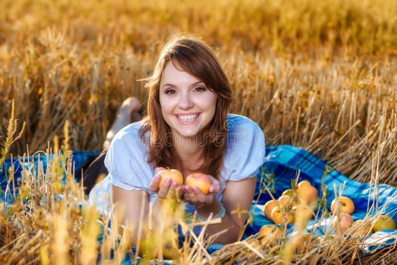 Mujer joven con una cesta de fruta foto de archivo