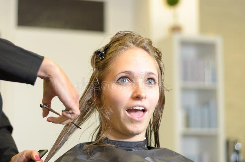 Mujer joven con una expresión chocada fotos de archivo