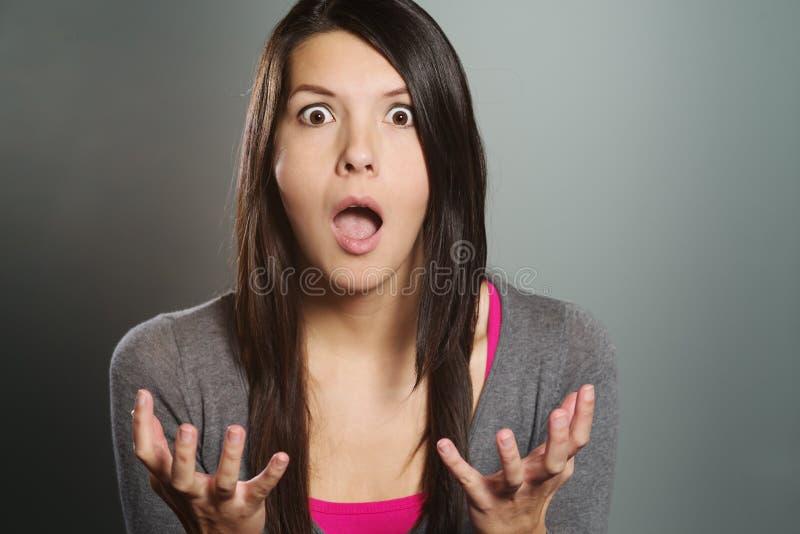 Mujer joven con una expresión horrorizada fotos de archivo