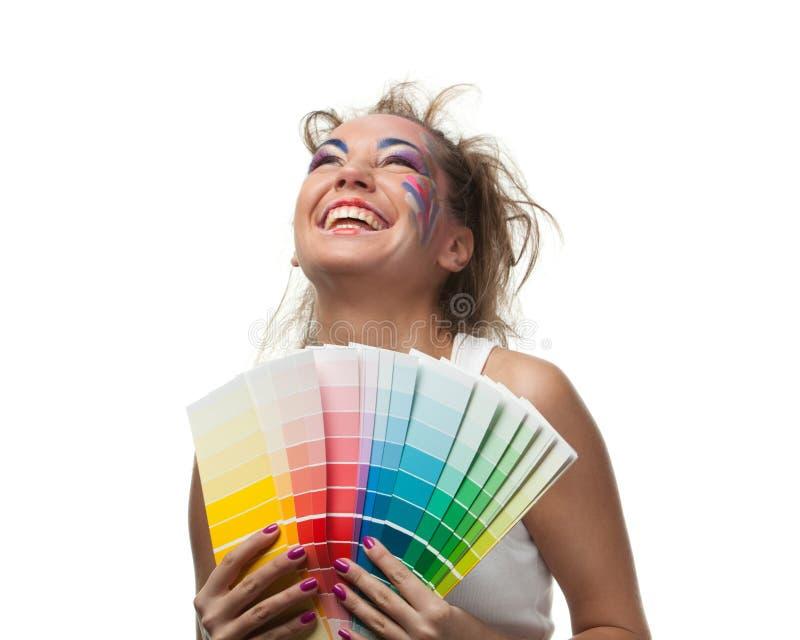 Mujer joven con una guía del color. fotografía de archivo