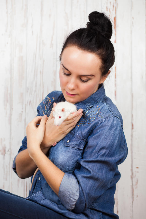 Mujer joven con una rata del animal doméstico fotos de archivo libres de regalías