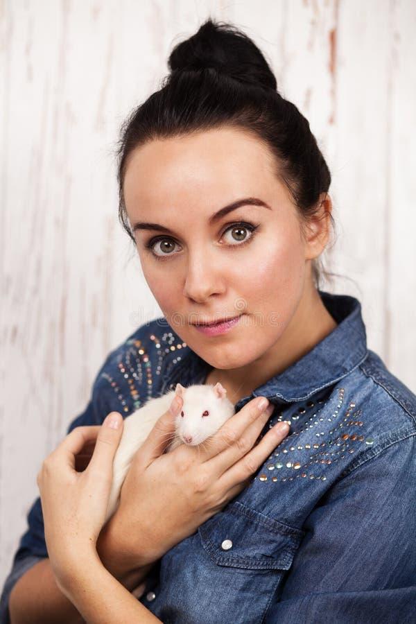 Mujer joven con una rata del animal doméstico fotos de archivo