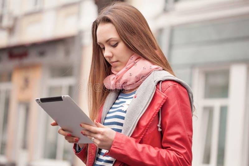 Mujer joven con una tableta digital fotografía de archivo libre de regalías