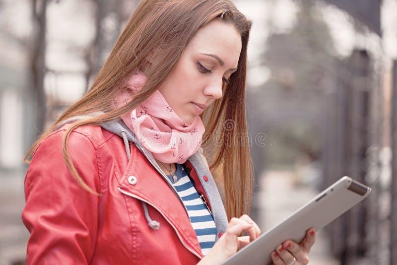 Mujer joven con una tableta digital foto de archivo