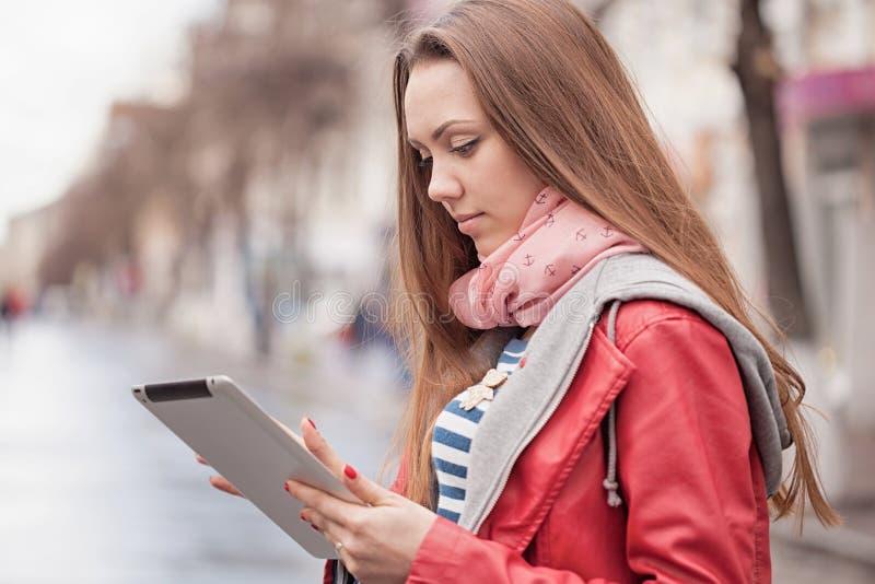 Mujer joven con una tableta digital fotos de archivo