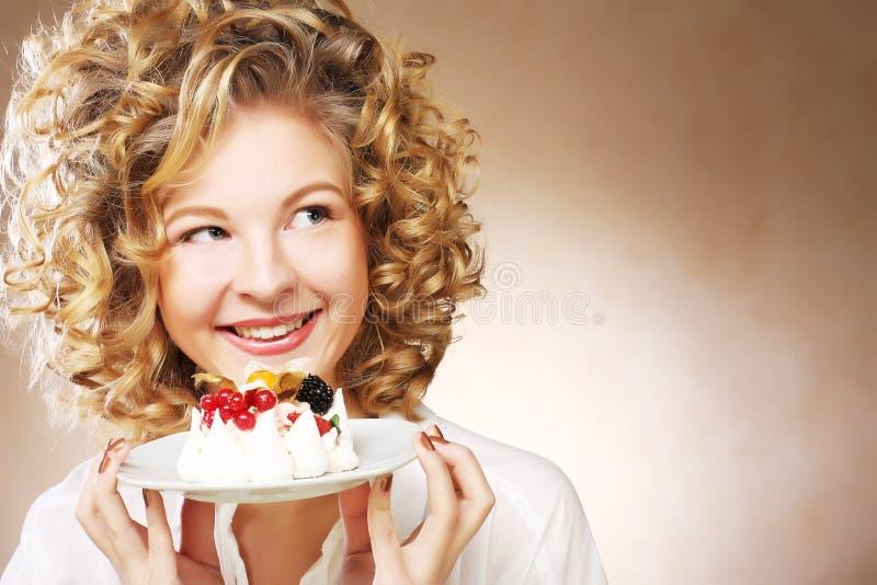 Mujer joven con una torta fotografía de archivo