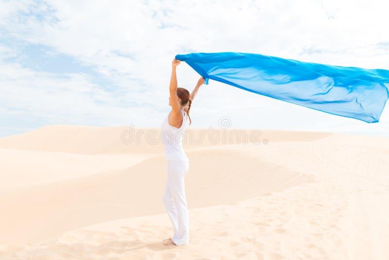 Mujer joven con volar la bufanda azul fotografía de archivo libre de regalías
