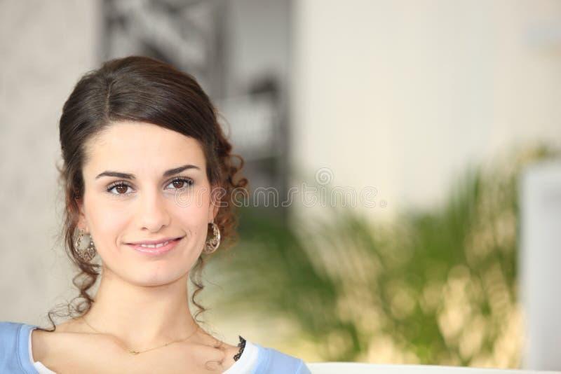 Mujer joven confiada del uno mismo foto de archivo libre de regalías