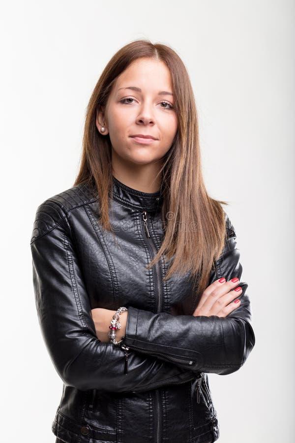 Mujer joven confiada en una chaqueta de cuero imagen de archivo libre de regalías