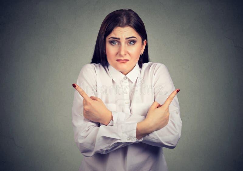 Mujer joven confusa perpleja incierta que opción a hacer fotografía de archivo