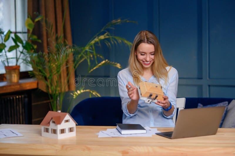 Mujer joven creativa, desgner pensando en la idea para el nuevo proyecto de la casa del modelo 3d foto de archivo