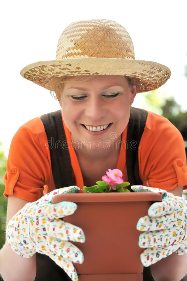 Mujer joven - cultivando un huerto imagen de archivo libre de regalías