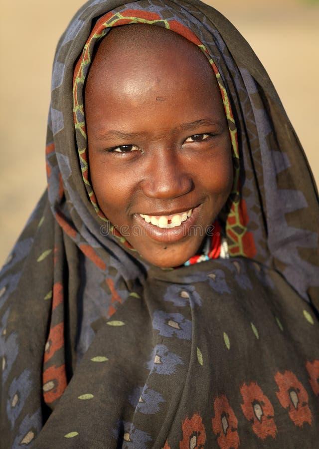 Mujer joven de Arbore en un valle más bajo de Omo, Etiopía imagenes de archivo