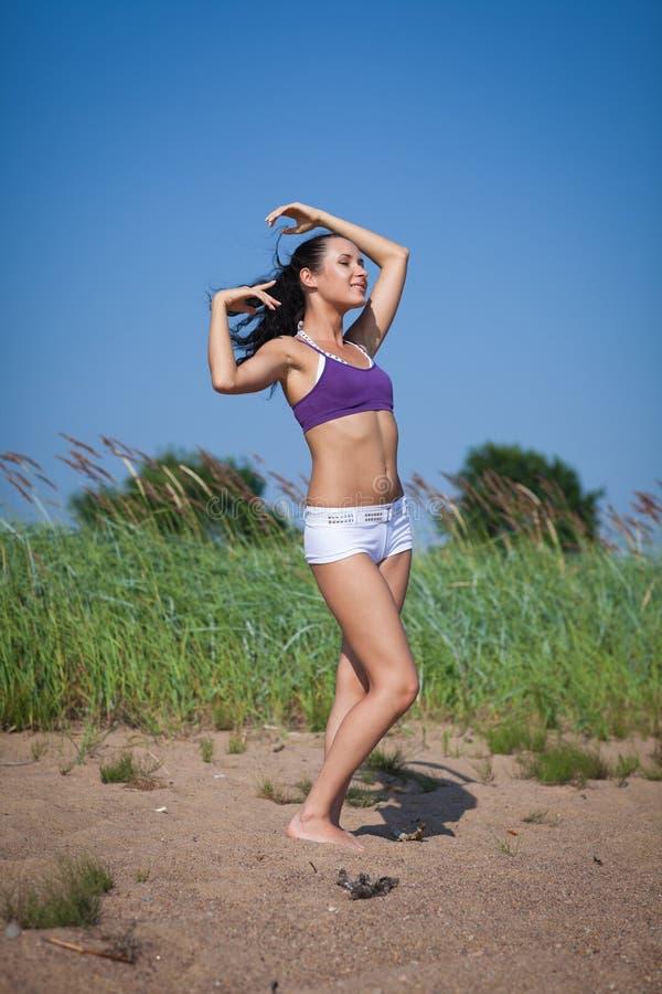 Mujer joven de baile. Al aire libre. fotos de archivo libres de regalías