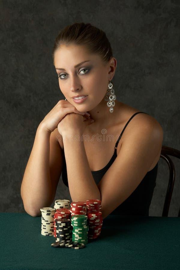 Mujer joven de Beautful con las virutas de póker fotos de archivo libres de regalías