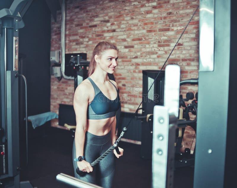 Mujer joven de la aptitud en desgaste del deporte con el cuerpo muscular fotografía de archivo