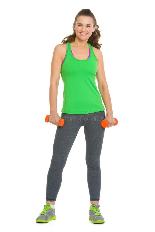 Mujer joven de la aptitud feliz con pesas de gimnasia fotos de archivo libres de regalías