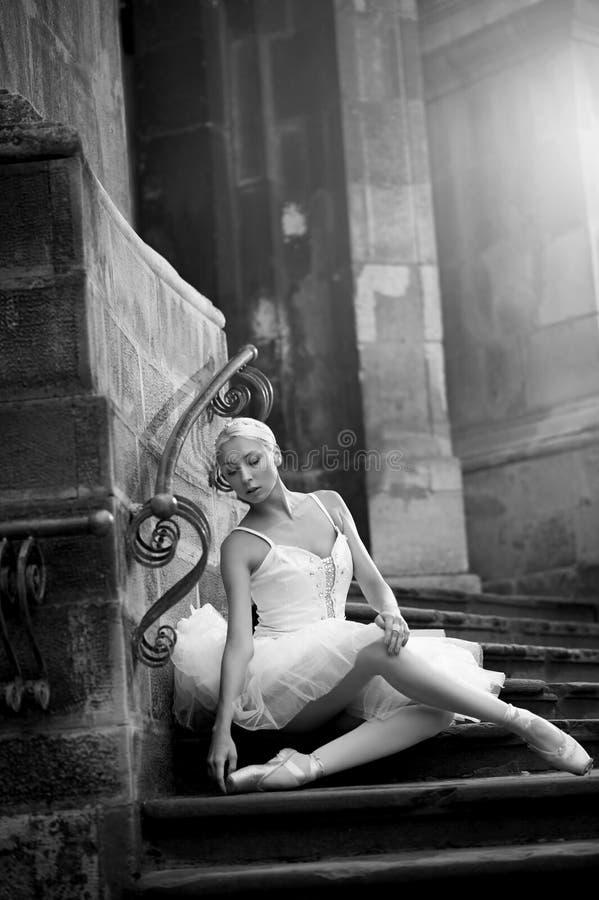 Mujer joven de la bailarina que presenta en las escaleras foto de archivo libre de regalías
