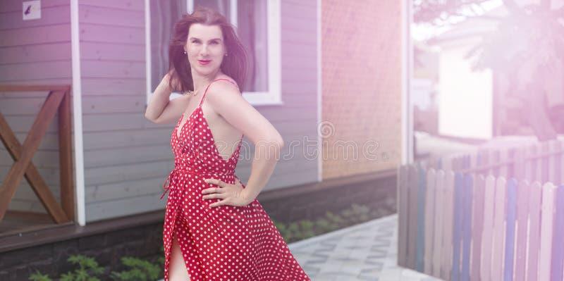 Mujer joven de la bandera del surrealismo que camina en la sonrisa feliz de la alegría de la calle fotos de archivo libres de regalías