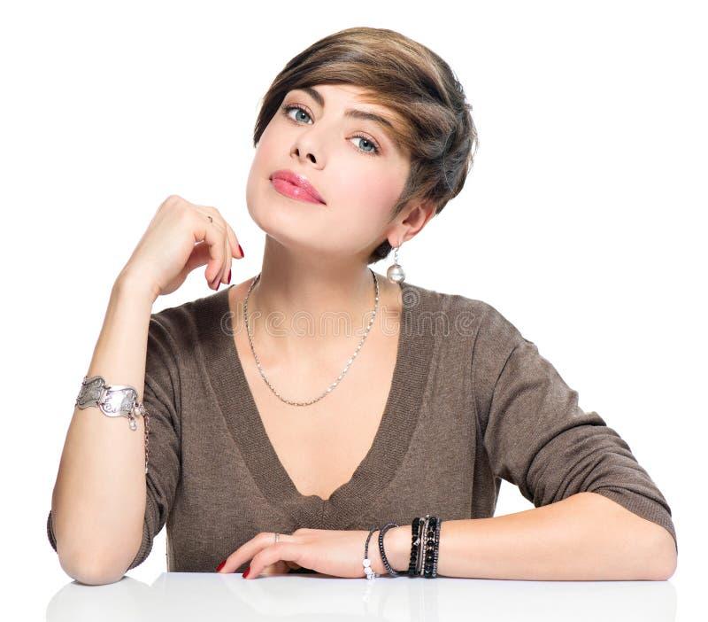 Mujer joven de la belleza con el peinado corto de la sacudida imágenes de archivo libres de regalías