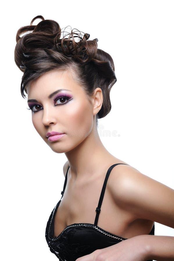 Mujer joven de la belleza con el peinado del estilo fotos de archivo libres de regalías