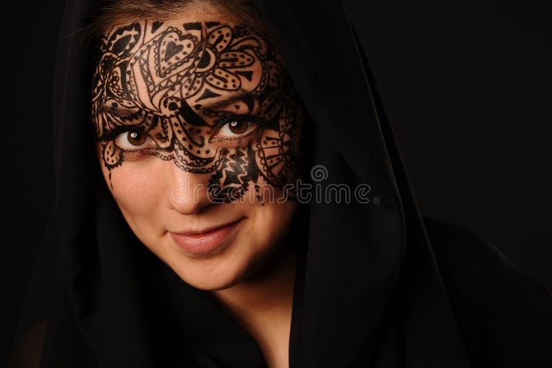 Mujer joven de la belleza con el tracery en la cara imagenes de archivo