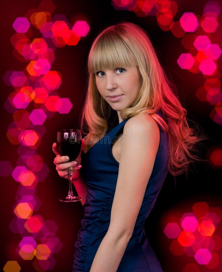 Mujer joven de la belleza con el vino de cristal foto de archivo