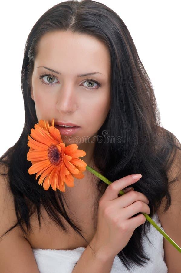 Mujer joven de la belleza con la flor imagen de archivo libre de regalías