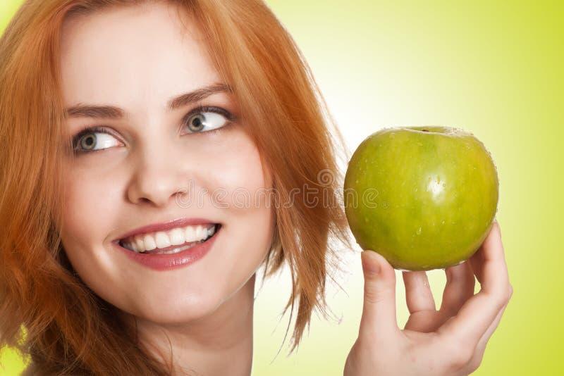 Mujer joven de la belleza con la manzana imagen de archivo libre de regalías