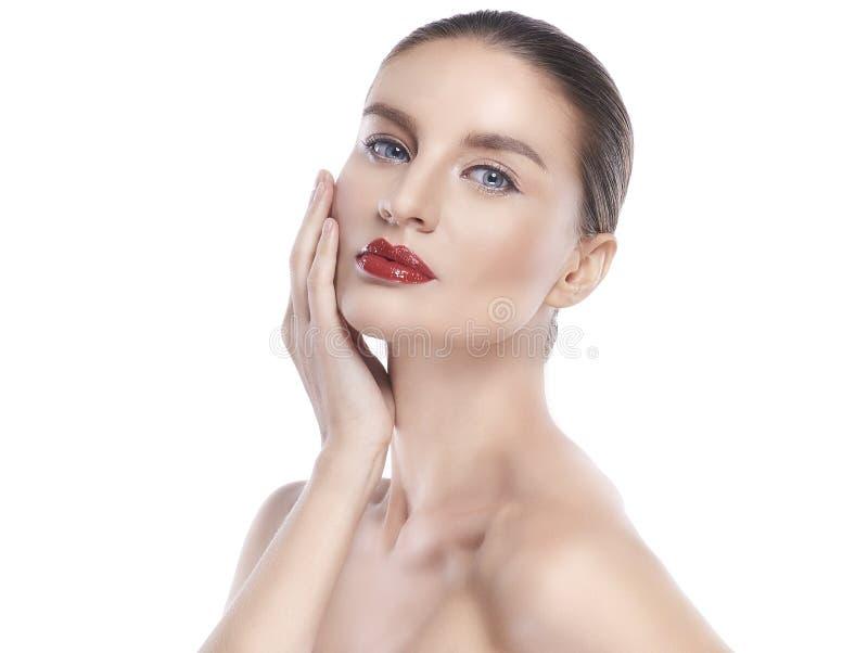Mujer joven de la belleza con la piel facial perfecta Gestos para el balneario y la cosmetolog?a del tratamiento del anuncio imagenes de archivo