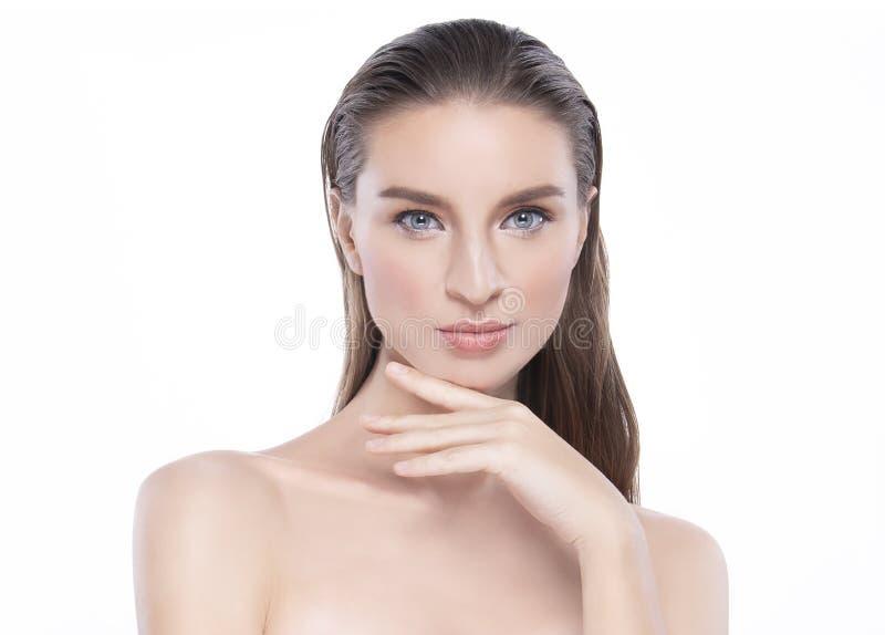 Mujer joven de la belleza con la piel facial perfecta Gestos para el balneario y la cosmetolog?a del tratamiento del anuncio imagen de archivo libre de regalías