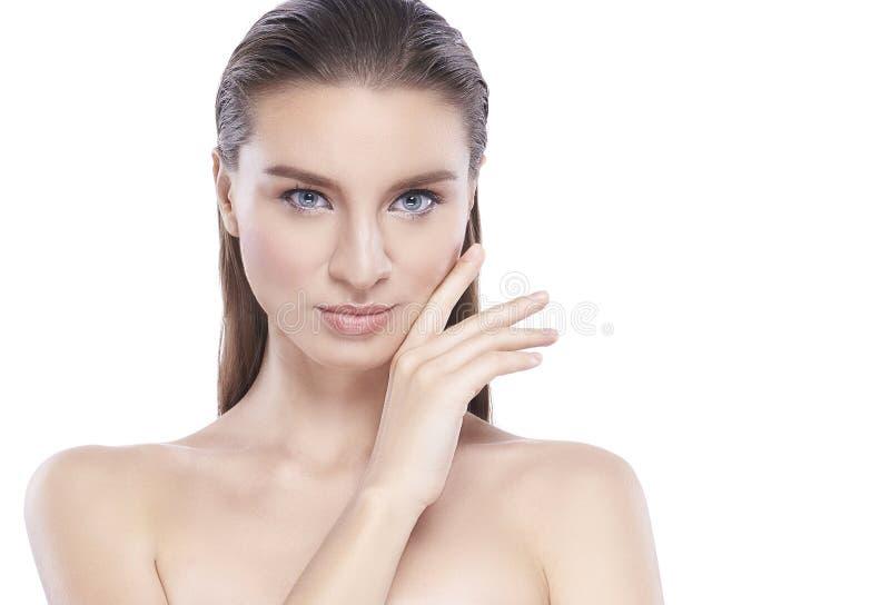 Mujer joven de la belleza con la piel facial perfecta Gestos para el balneario y la cosmetolog?a del tratamiento del anuncio espa foto de archivo