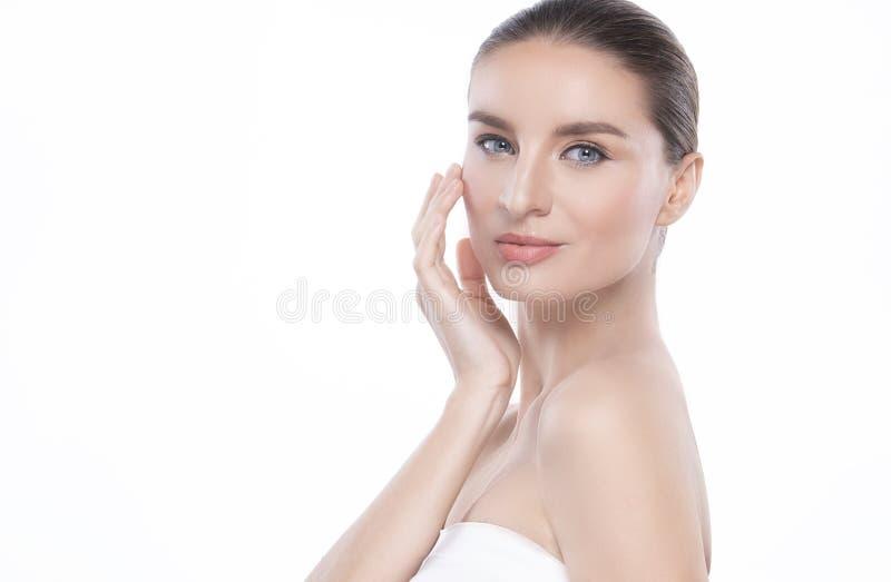 Mujer joven de la belleza con la piel facial perfecta Gestos para el balneario y la cosmetolog?a del tratamiento del anuncio espa fotografía de archivo libre de regalías