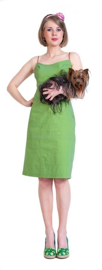 Mujer joven de la belleza en alineada verde con el perro fotografía de archivo libre de regalías