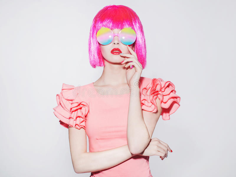 Mujer joven de la belleza en gafas de sol coloridas fotos de archivo libres de regalías