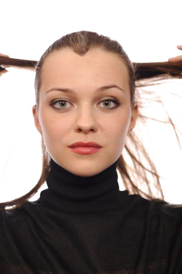 Mujer joven de la belleza en suéter negro del cuello alto imagen de archivo libre de regalías