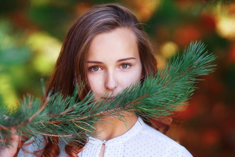 Mujer joven de la belleza Mirada hermosa de la muchacha del adolescente, parque del otoño imagen de archivo