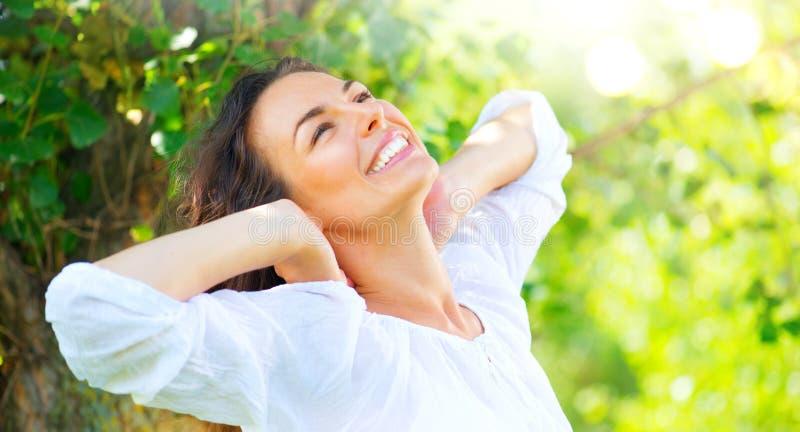 Mujer joven de la belleza que disfruta de la naturaleza imágenes de archivo libres de regalías