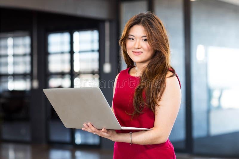 Mujer joven de la empresaria hermosa que usa el ordenador portátil fotos de archivo libres de regalías