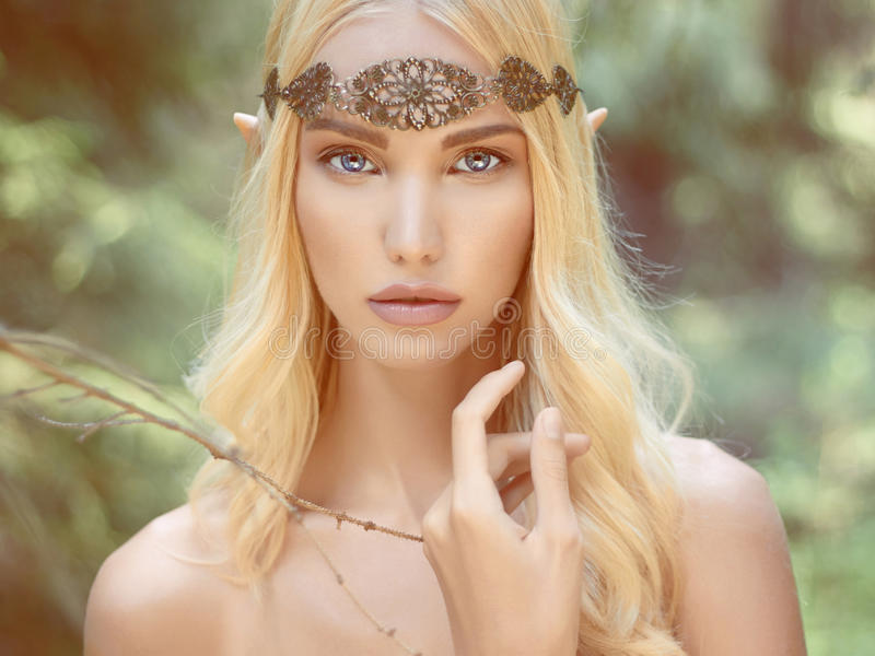 Mujer joven de la fantasía en bosque imagen de archivo