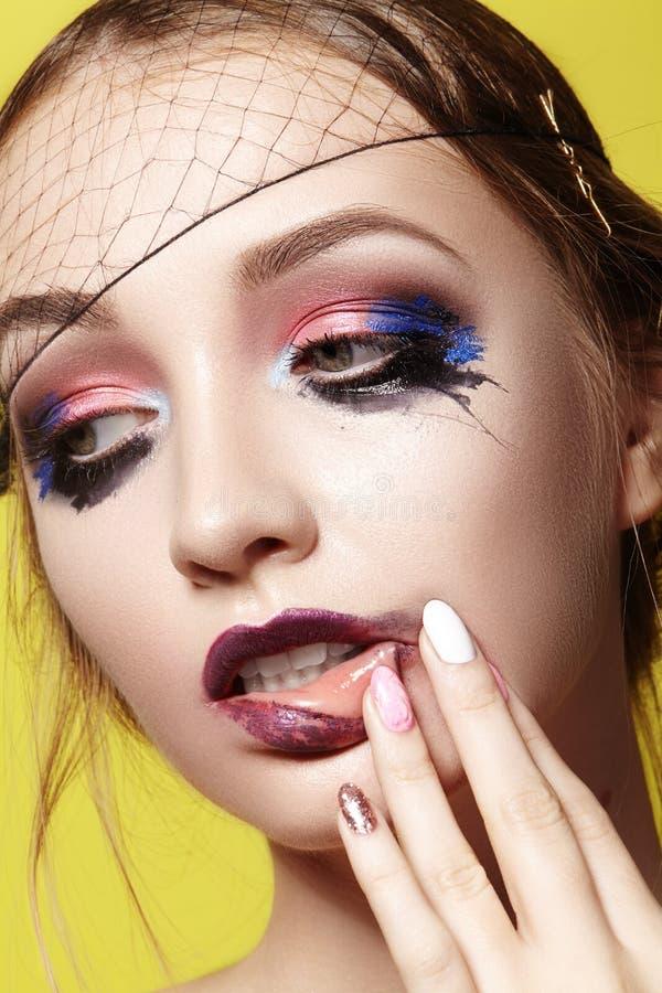 Mujer joven de la mirada dramática de la moda Modelo hermoso con maquillaje brillante Estilo del maquillaje para Halloween fotografía de archivo libre de regalías