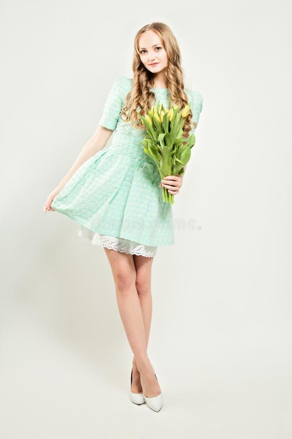 Mujer joven de la moda con las flores imagen de archivo libre de regalías