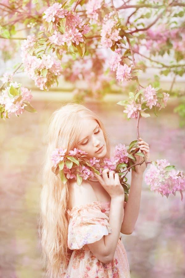 Mujer joven de la moda de la primavera en jardín de la primavera primavera trendy fotografía de archivo
