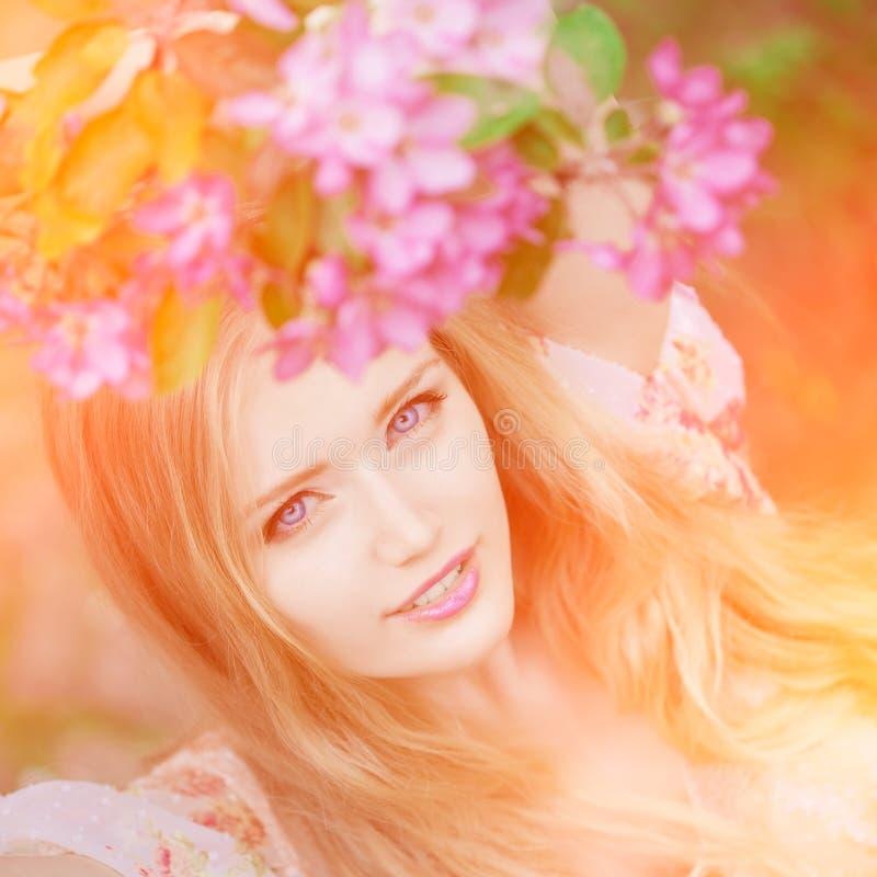 Mujer joven de la moda de la primavera en jardín de la primavera primavera trendy imagenes de archivo