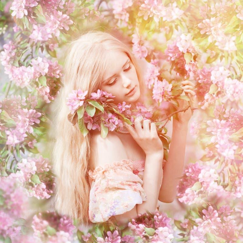 Mujer joven de la moda de la primavera en jardín de la primavera primavera trendy imágenes de archivo libres de regalías